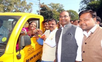 राज्य मंत्री श्री सारंग ने कचरा वाहन मैजिक और रिक्शा को हरी झंडी दिखाई