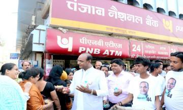 राज्य मंत्री श्री सारंग ने बैंकों में लाइन में लगे वृद्धजन और महिलाओं को वितरित किया जल और नाश्ता